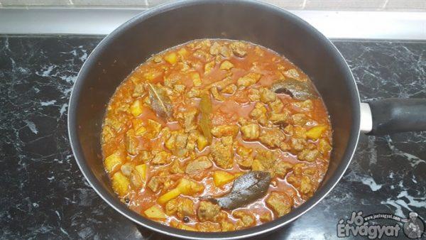 Sertésragut lefedve puhára főzzük
