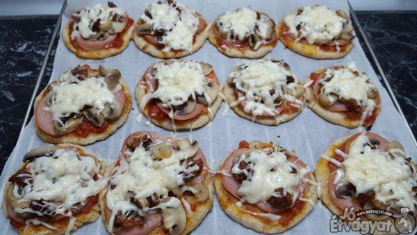 Kisült kolbászos pizza