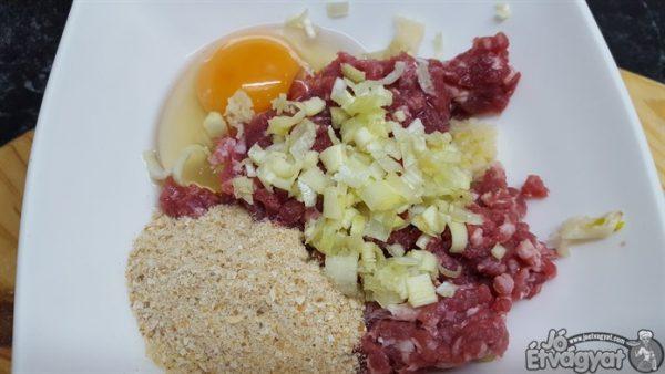 Egy tálba beletesszük a ledarált marhahúst, tojást, zsemlemorzsát, sót, borst valamint a meghámozott, apróra zúzott fokhagymát