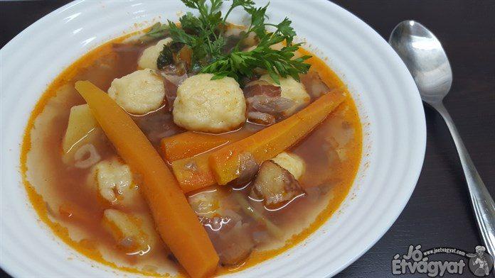 Szalonnás burgonyagombóc-leves