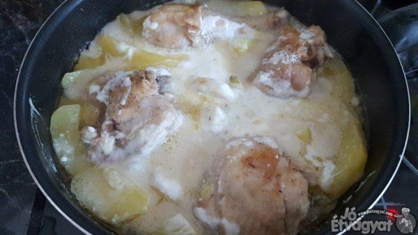Tejszínes csirkecombok